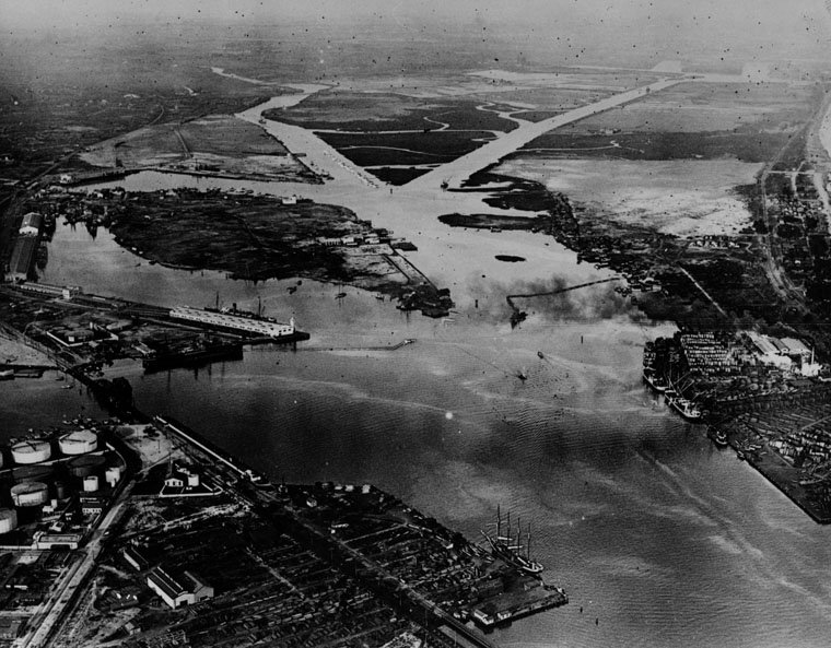 (1921) - Aerial view of San Pedro Harbor in 1921. The port continues to expand and becomes the busiest seaport on the west coast. (photo courtesy Water and Power Associates)